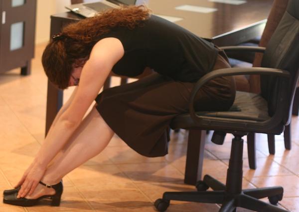 膝が痛いを今すぐ解消!オフィスで出来る7つの簡単ストレッチ