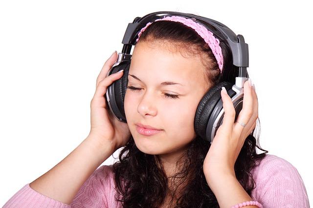耳鳴りのキーン…で眠れない!考えられる原因と対処策