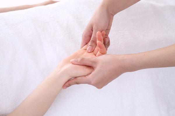 指先の痺れは血行不良が原因。改善できる7つのツボ