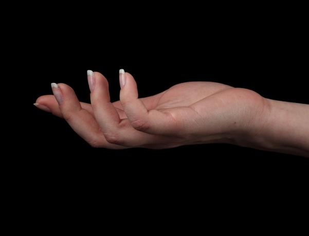 小指のしびれはなぜ?考えられる原因と7つの対処法