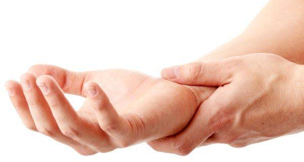 指先のしびれはなぜ起こる?考えられる原因を徹底解明