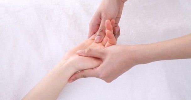 右手のしびれは利き腕のせい?考えられる原因と対処法