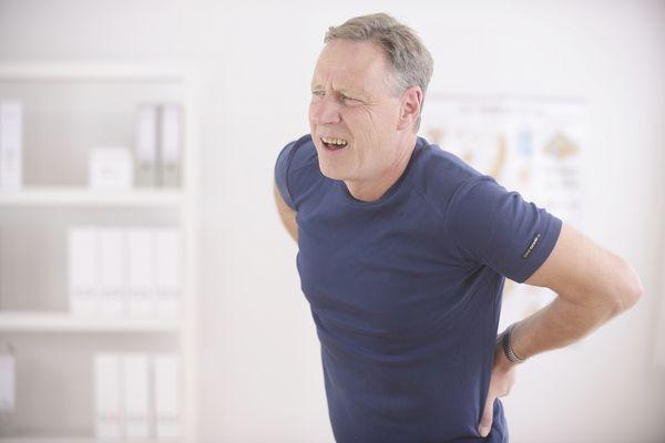 ぎっくり腰の痛みを和らげて、症状を軽くする7つの方法