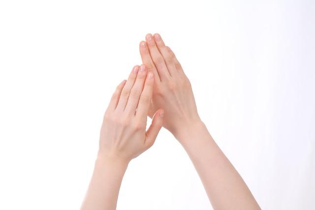 利き腕と逆の左手がしびれたときに疑うべき病気とは?